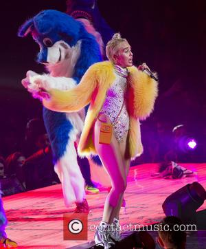 Miley Cyrus Twerks With Lily Allen Onstage