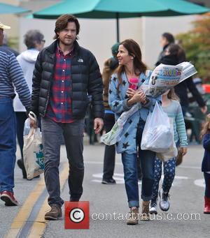 Jason Bateman and Amanda Anka - Photo's of American actor Jason Bateman as he and his family went shopping for...