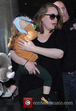 Adele and Angelo Konecki - Adele arrives at Los Angeles International (LAX) airport carrying her son Angelo - Los Angeles,...