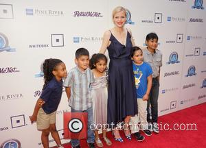 Brooklyn Decker and Children From Pecan Springs Elementary School