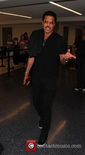 Lionel Richie - Lionel Richie departs from Los Angeles International Airport (LAX) - Los Angeles, California, United States - Monday...