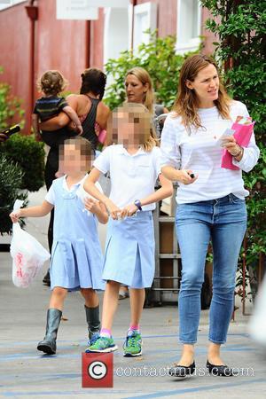 Jennifer Garner, Seraphina Affleck , Violet Affleck - A very happy Jennifer Garner goes to lunch in Brentwood with her...