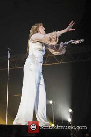 Florence Welch Falls Over On Stage