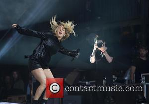 Pop princess Ellie Goulding appeared on Sunday evening on the Pyramid Stage at the 2016 Glastonbury Festival. The singer played...