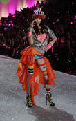 Victoria's Secret Fashion Show 2013, Taylor Swift Steals The Spotlight! [Pictures]