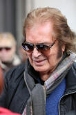 Engelbert Humperdinck Fan Sues Over Splinter Injury