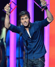 Enrique Iglesias Returns To Stage After Hand Surgery