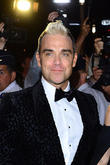 Robbie Williams Accidentally Flirts With 15 Year Old Fan At Australian Gig